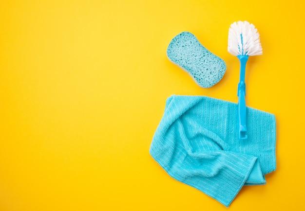 Detergentes e acessórios de limpeza em cor pastel. serviço de limpeza, ideia para pequenas empresas. vista do topo.