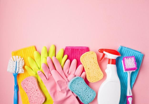 Detergentes e acessórios de limpeza em cor pastel.