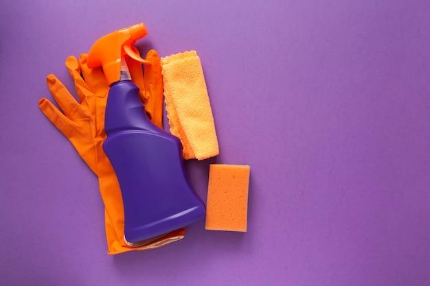 Detergentes e produtos de limpeza, esponjas, guardanapos e luvas de borracha