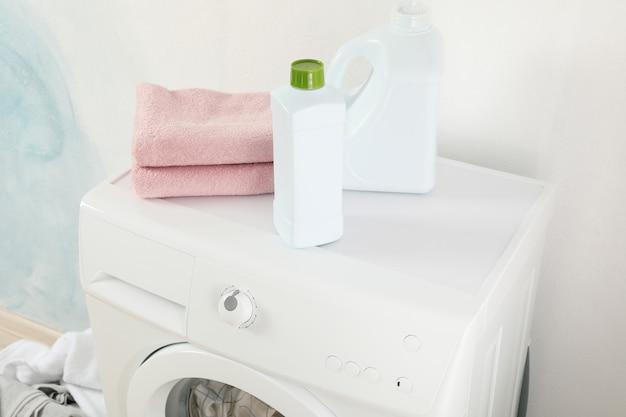 Detergentes e toalhas na máquina de lavar roupa, close-up