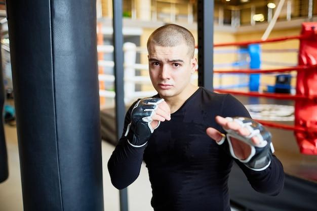 Determinado jovem lutador em treinamento