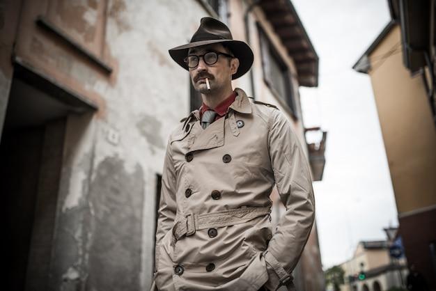 Detetive espião homem andando em uma cidade