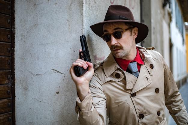 Detetive, levando cobertura, e, apontar, com, seu, handgun