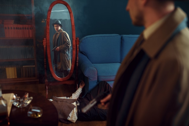 Detetive masculino com arma em pé no espelho, cena do crime