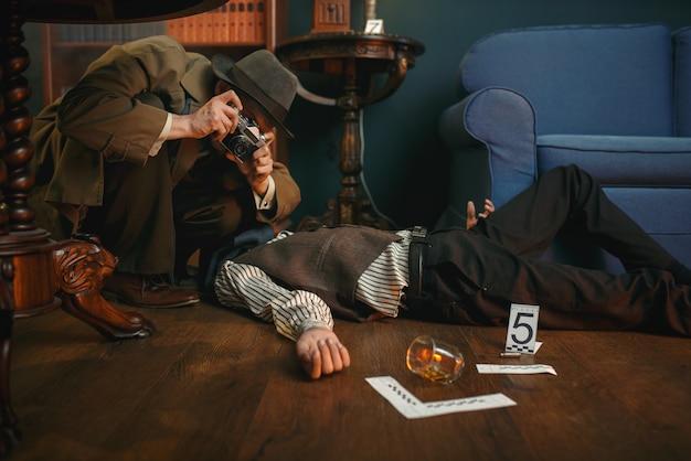 Detetive masculino com câmera fotográfica na cena do crime