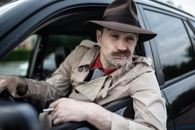 Detetive ou gangster esperando alguém em seu carro