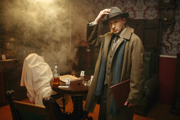 Detetive perplexo de casaco e chapéu, vítima sob a capa na cena do crime