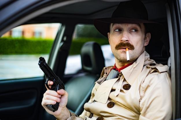 Detetive preparando sua arma enquanto espera no carro