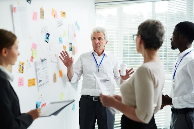 Detetives fazendo suposições na reunião de trabalho