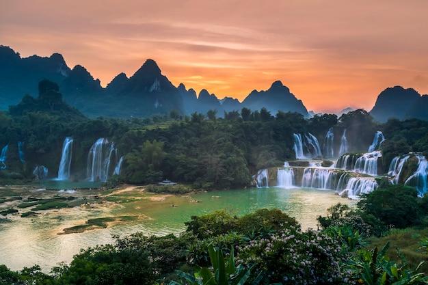 Detian cai em guangxi, china e banyue falls no vietnã
