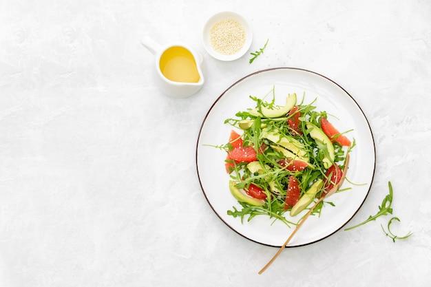 Detox de toranja e salada de rúcula, vista de cima para baixo, copie o espaço para um texto