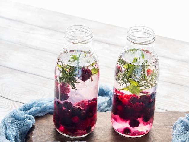 Detox infundido água com bagas e alecrim
