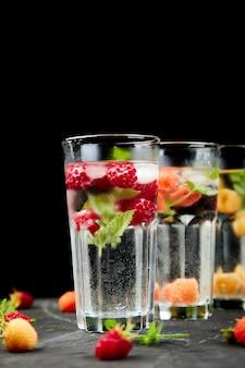 Detox infundido com sabor de água com três cores de framboesa