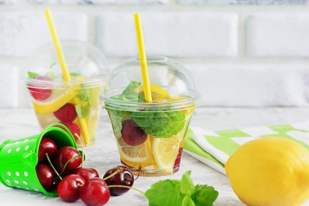 Detox water fruit mix de bebidas com infusão de hortelã