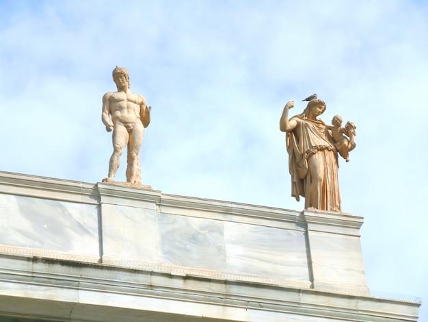 Deus grego, e, deusa, esculturas, ligado, a, telhado, de, edifício histórico, em, atenas, grécia
