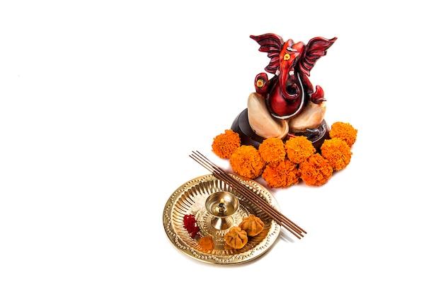 Deus hindu ganesha. estátua do senhor ganesha. arranjo de adoração (pooja).