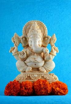 Deus hindu ganesha. ídolo de ganesha em fundo azul