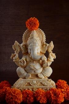 Deus hindu ganesha. ídolo de ganesha em fundo marrom