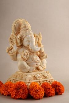 Deus hindu ganesha. ídolo de ganesha em fundo