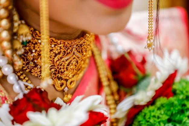 Deusa laxmi em design de colar de ouro,