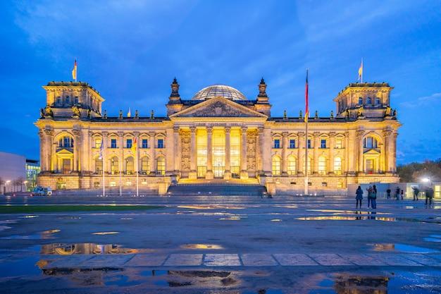 Deutscher bundestag à noite na cidade de berlim, alemanha
