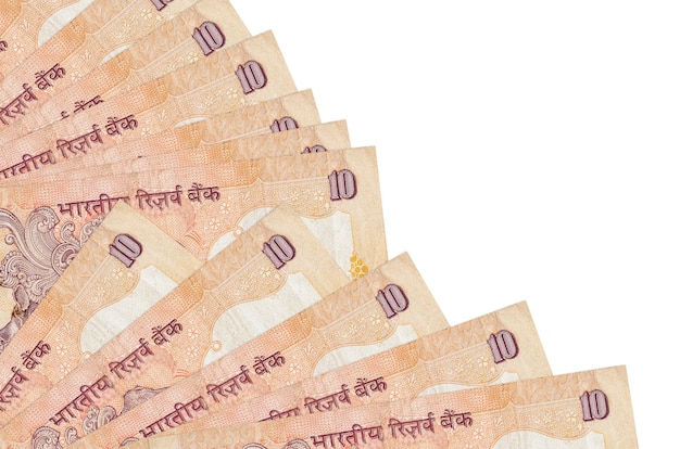 Dez notas de rúpias indianas encontram-se isoladas em um fundo branco com espaço de cópia empilhados em um ventilador.