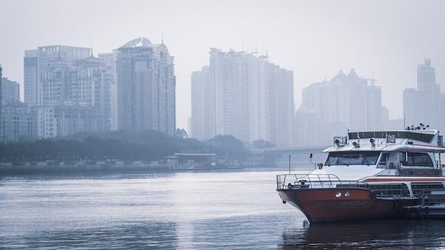 Dezembro de 2019 rio das pérolas em guangzhou, china, cruzeiro no rio das pérolas, pare à espera do turista para jantar e explore a cidade à noite
