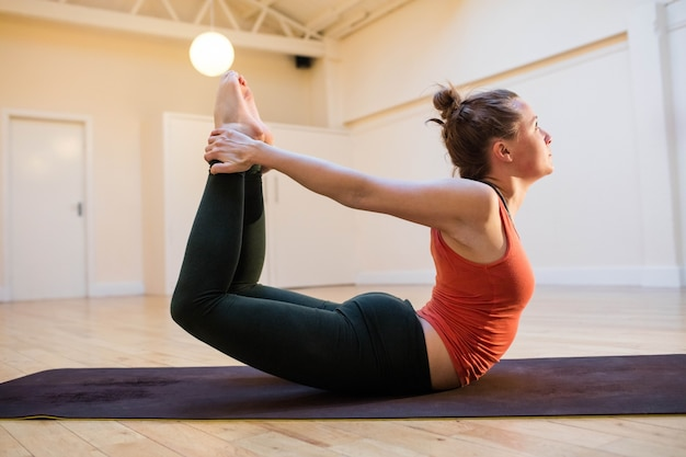 Dhanurasana realizando pose na esteira do exercício