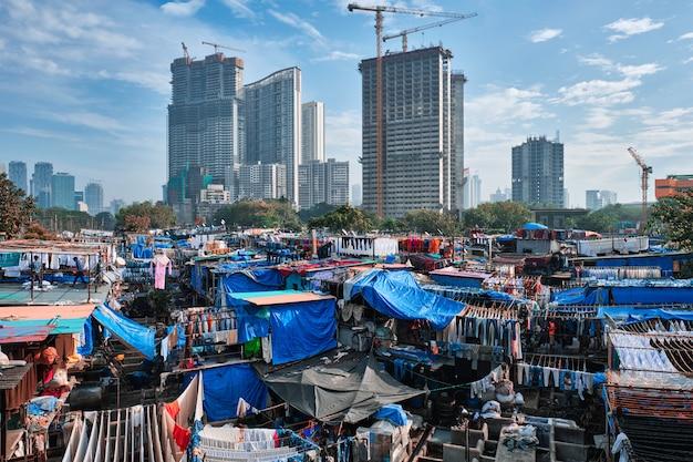 Dhobi ghat é um lavatório de lavanderia ao ar livre em mumbai, índia, com roupas secas em cordas