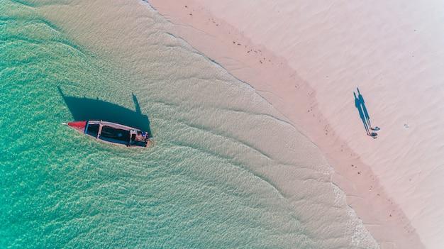 Dhow de pescadores na ilha da máfia