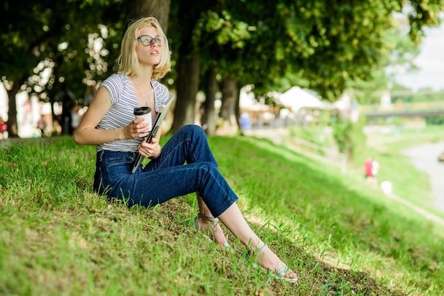 Dia amável. mulher tem negócios online. comunicação na web. escritor com caderno. blogger inspirando-se na natureza. verão online. o blogger cria conteúdo para rede social. menina com laptop.