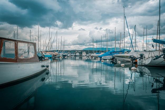 Dia azul no lago de genebra