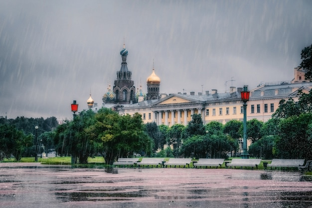 Dia chuvoso com vista para são petersburgo. conceito de mudança climática.