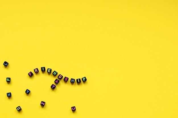 Dia da amizade com cubos com letras multicoloridas