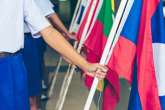 Dia da asean cai em 8 de agosto, segurando bandeiras de tecido da associação do sudeste asiático