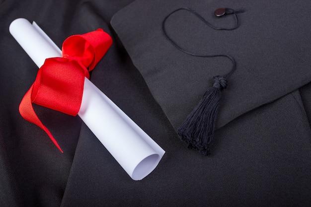 Dia da formatura. um vestido, chapéu de formatura e diploma e pronto para o dia da formatura