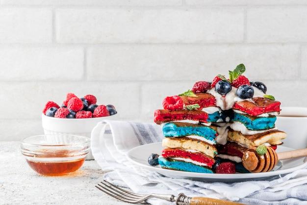 Dia da independência americana 4 de julho idéia de café da manhã, panquecas listradas brancas azuis vermelhas caseiras