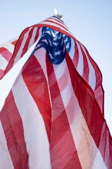 Dia da independência de baixo ângulo bandeira dos eua