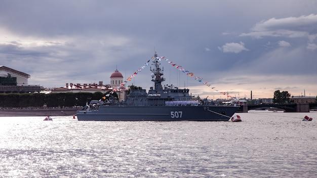 Dia da marinha da rússia, desfile naval, contratorpedeiros militares no rio neva