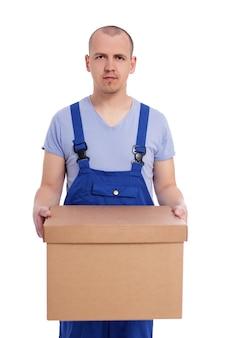 Dia da mudança ou conceito de entrega - retrato de carregador de homem bonito de uniforme com caixa grande isolada no fundo branco