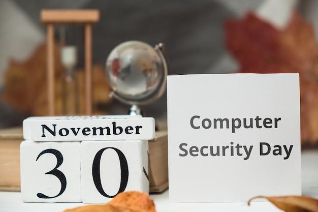 Dia da segurança do computador do calendário do mês de outono de novembro.