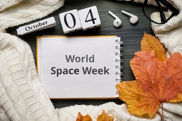 Dia da semana do espaço mundial do calendário do mês de outono de outubro.