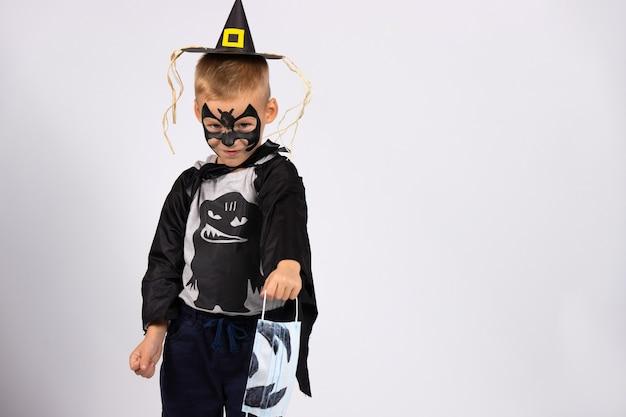 Dia das bruxas feliz, mas incomum. a pandemia e as proibições estão tirando a infância das crianças.