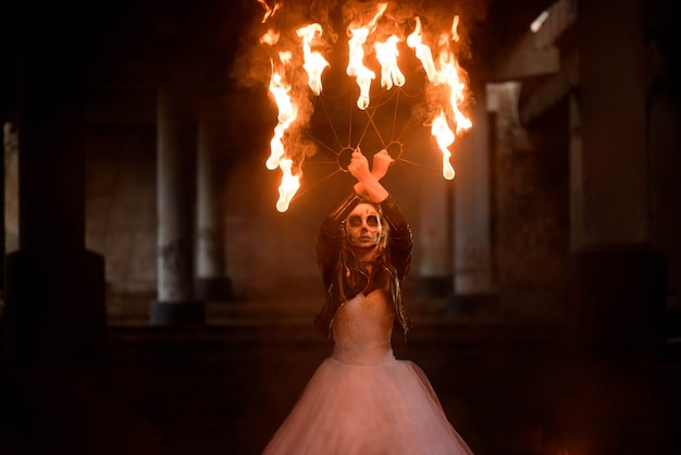 Dia das bruxas. jovem menina bonita com esqueleto de maquiagem