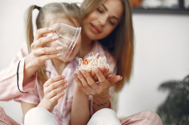 Dia das mães. criança dando um presente para a mãe. mãe abrindo a caixa de presente com sopa.