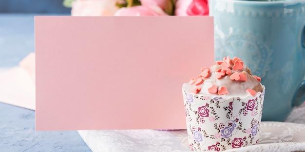 Dia das mães dia dos namorados conceito muffin xícara de chá nota de papel