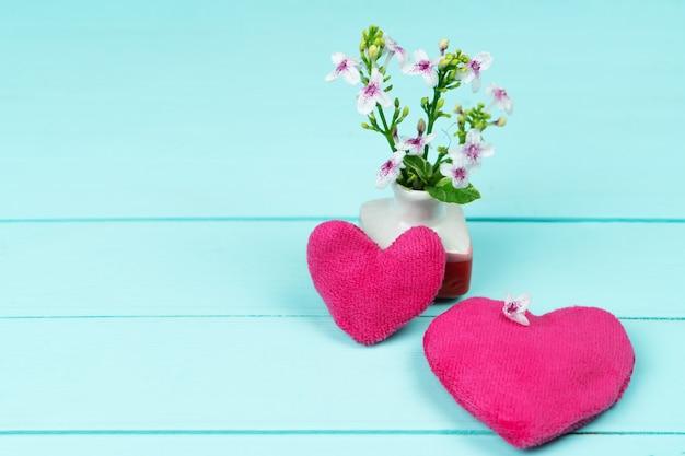Dia das mães, pequena flor com corações rosa
