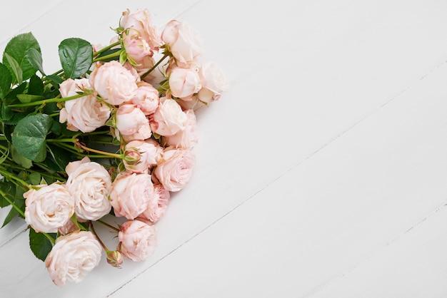 Dia das mães rosas na parede branca