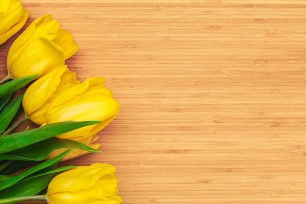 Dia das mulheres. buquê de tulipas em pranchas de madeira, cópia espaço, vista superior