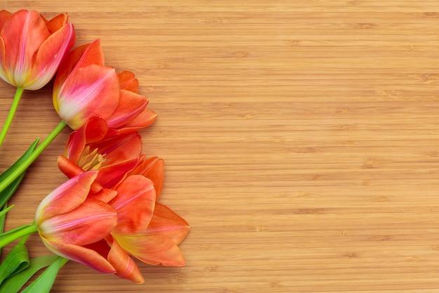 Dia das mulheres. buquê de tulipas no fundo de pranchas de madeira, cópia espaço, vista superior